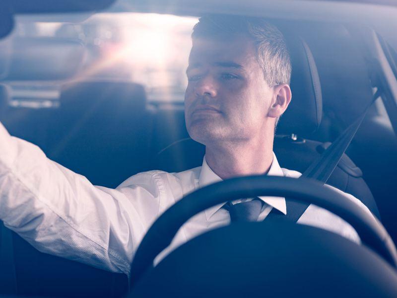 Conductor alegre al obtener un crédito financiero para Taxi a través de Servicios Financieros Volkswagen
