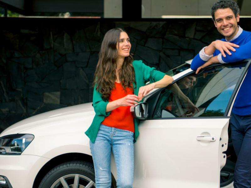 Pareja siguiendo los mejores consejos de cuidado de auto durante la contingencia por Coronavirus