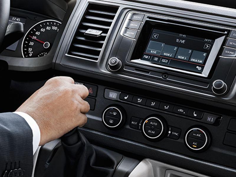 Eine Klimaanlagensteuerkonsole in einem Volkswagen Nutzfahrzeug.