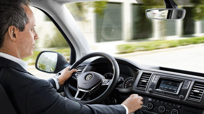 Ein Fahrer im Cockpit eines Multivan