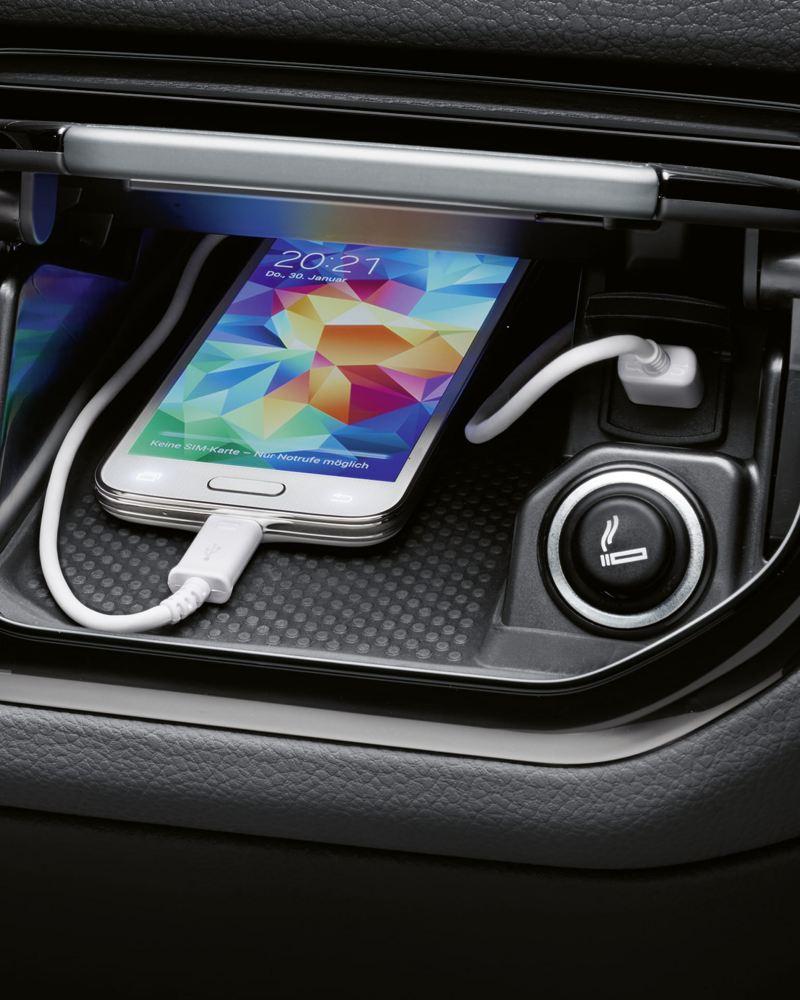 Ein Smartphone in einer Ablage.