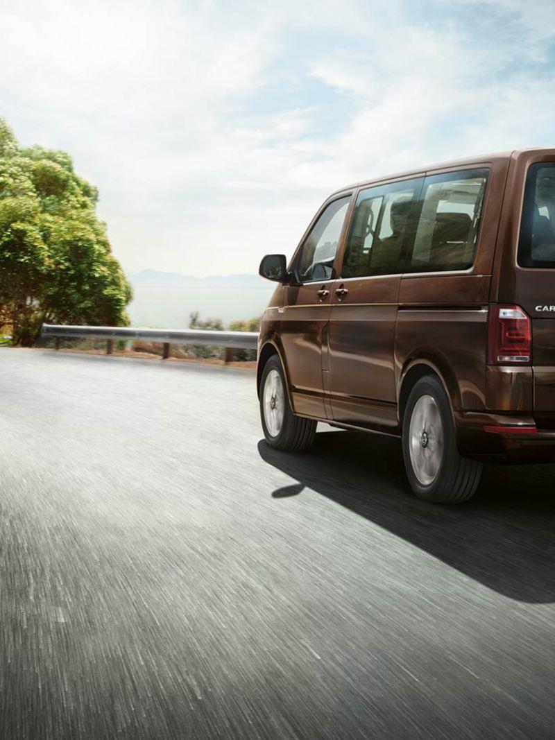 Volkswagen Caravelle i rörelse bakifrån