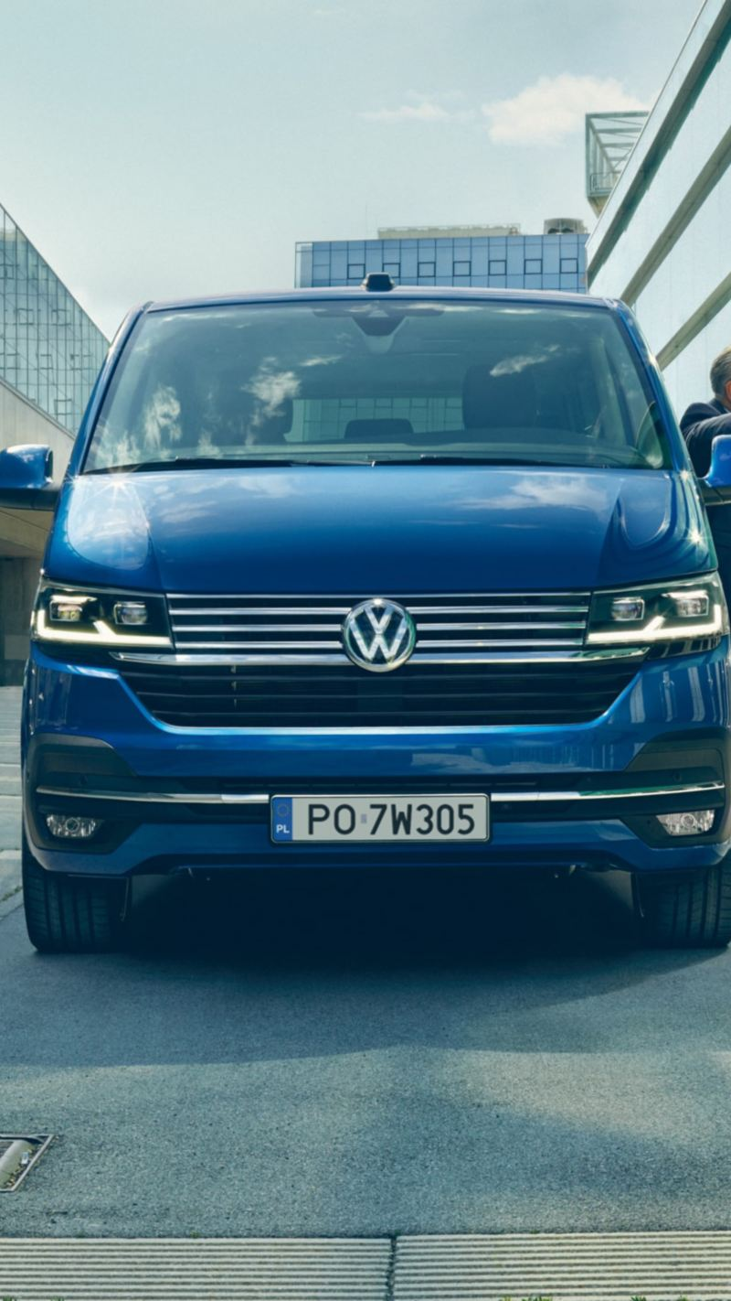 Volkswagen Caravelle 6.1, mężczyzna opiera się o pojazd.