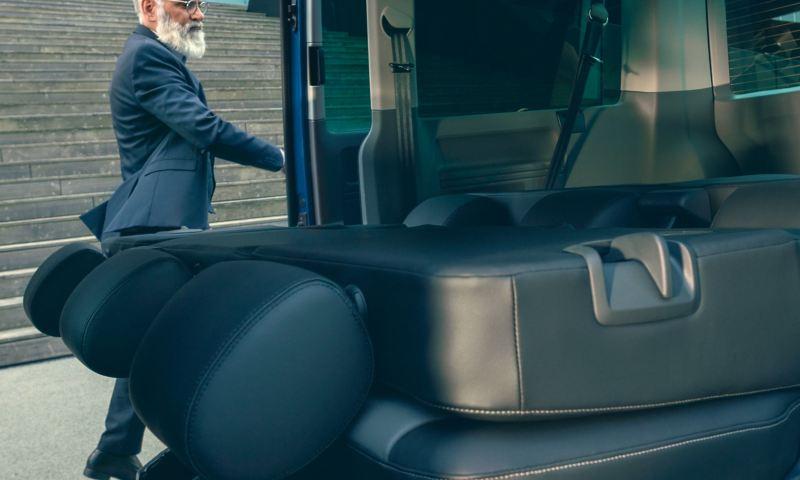 Eine umgeklappte Rücksitzbank im Innenraum eines Fahrzeugs.