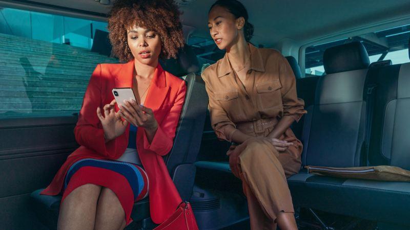 vw Volkswagen Caravelle 6.1 personbil familiebil minibuss minivan NAV bil med 8 eller 9 seter og fleksible seteløsninger for persontransport kvinner i baksetet