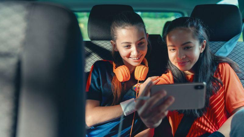 vw Volkswagen Caravelle personbil stemmeforsterker jenter i baksete med iphone og fotballtrøyer