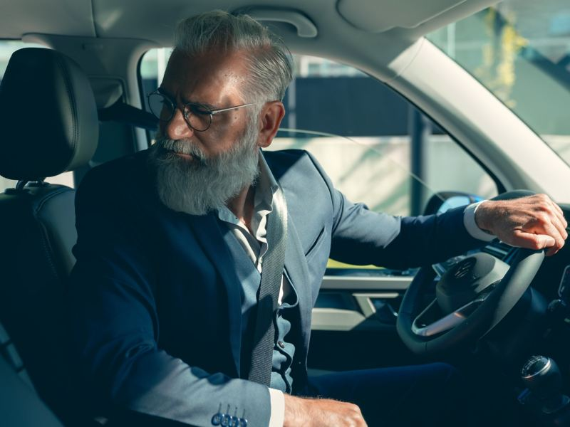Mężczyzna za kierownicą Volkswagen Caravelle 6.1.