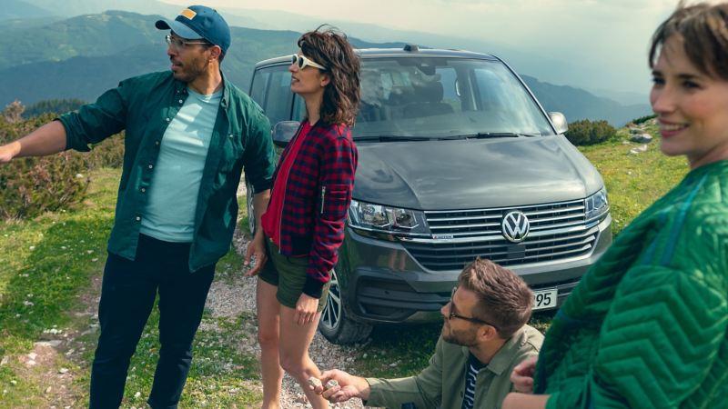 grupp människor står framför en VW Caravelle 6.1
