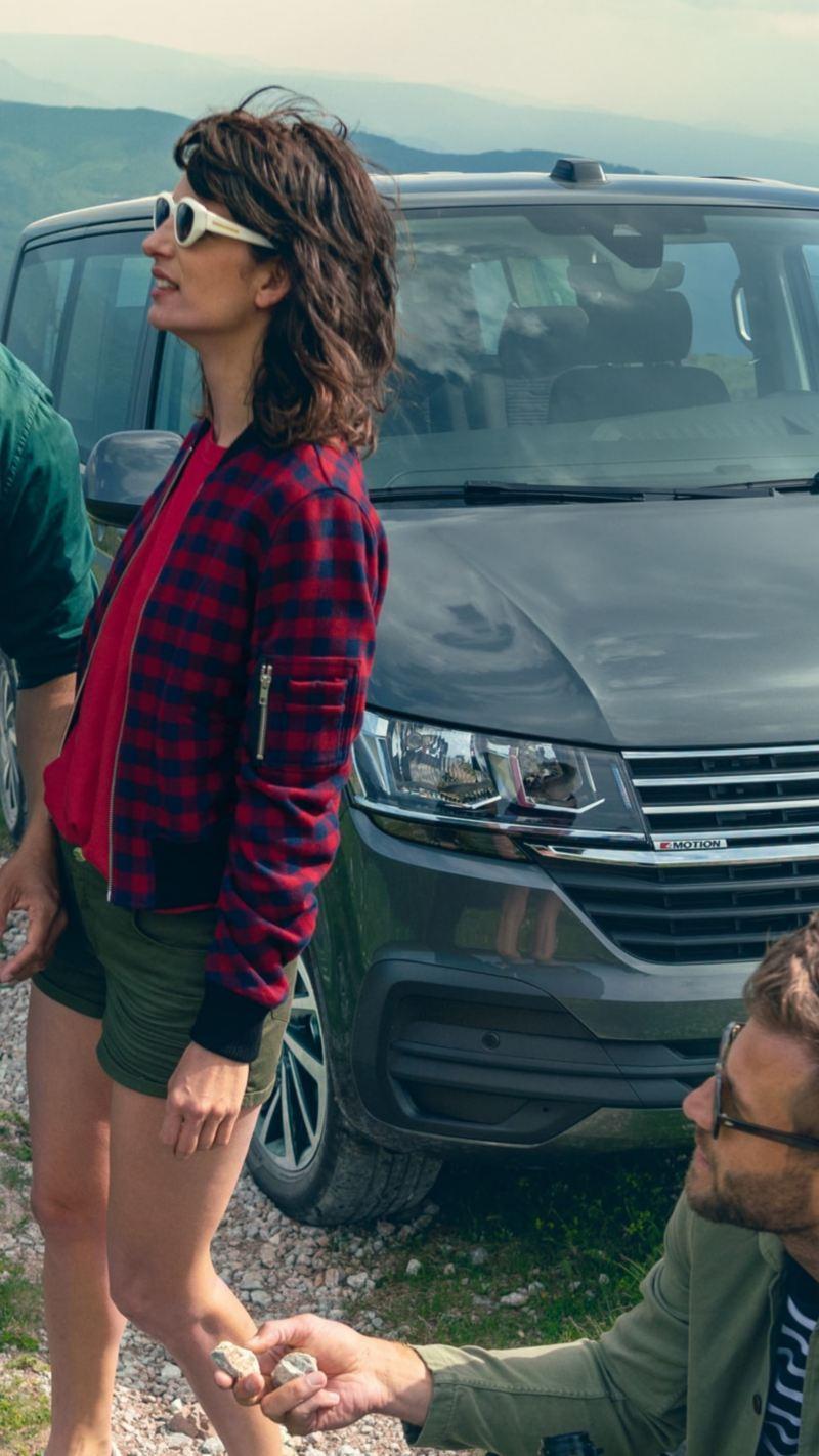 Un gruppo di ragazzi davanti a un veicolo commerciale Volkswagen.