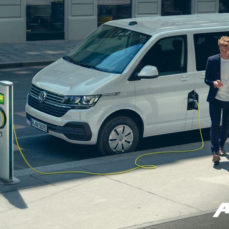Une ABT e-Caravelle à une borne de recharge.