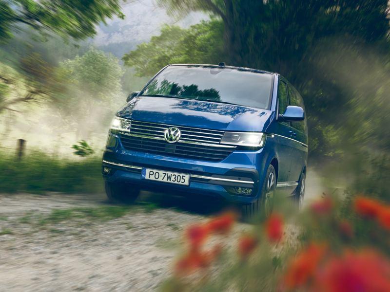 Volkswagen Caravelle 6.1 na polnej drodze.