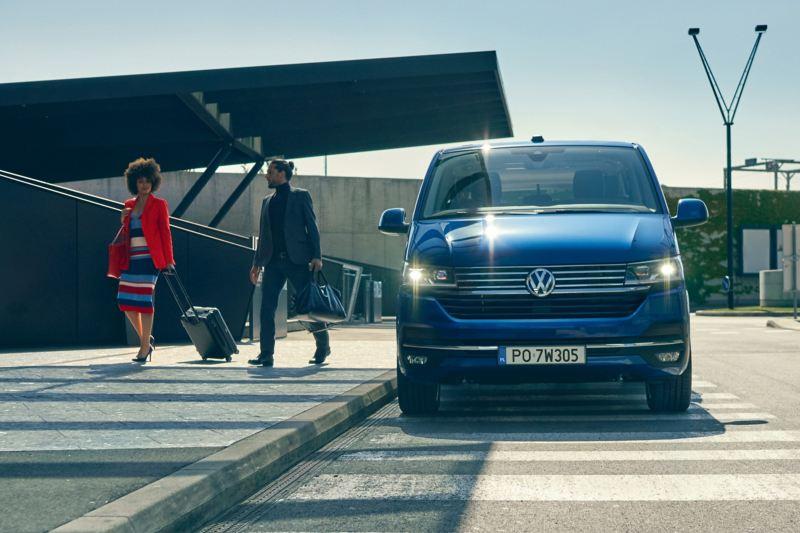 Der VW Caravelle 6.1 in der Frontansicht.