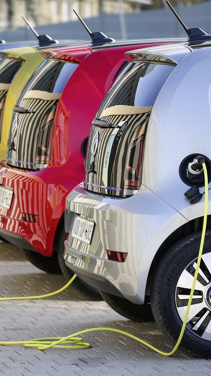 Wyniki badań: większość Polaków za dopłatami do aut elektrycznych, ale wolą model norweski