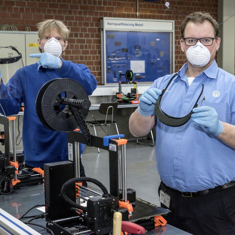 Koronawirus: Volkswagen produkuje osłony chroniące twarz techniką druku 3D