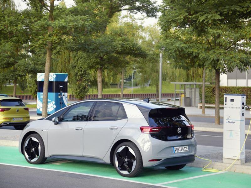 Drogie w zakupie, ale tańsze w utrzymaniu i mniej podatne na awarie – tak polscy respondenci widzą samochody elektryczne