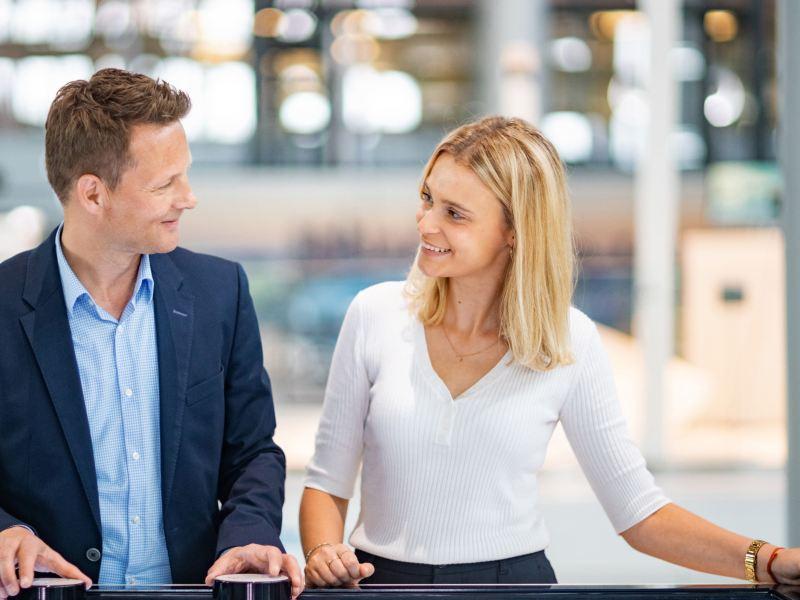 Eine Frau und ein Mann vor einem digitalen Desk