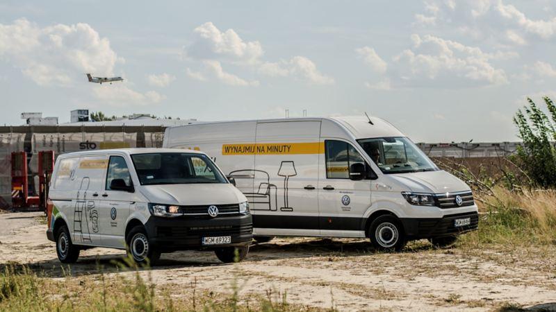 Transporter i Crafter w okleinie o carsharingu stoją na polnej drodze