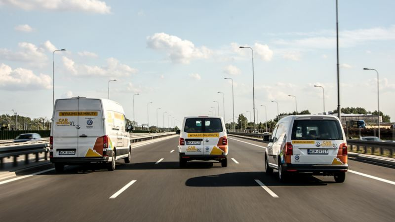 Crafter, Transport i Caddy w okleinie o carsharingu jada po drodze, ujęcie od tyłu
