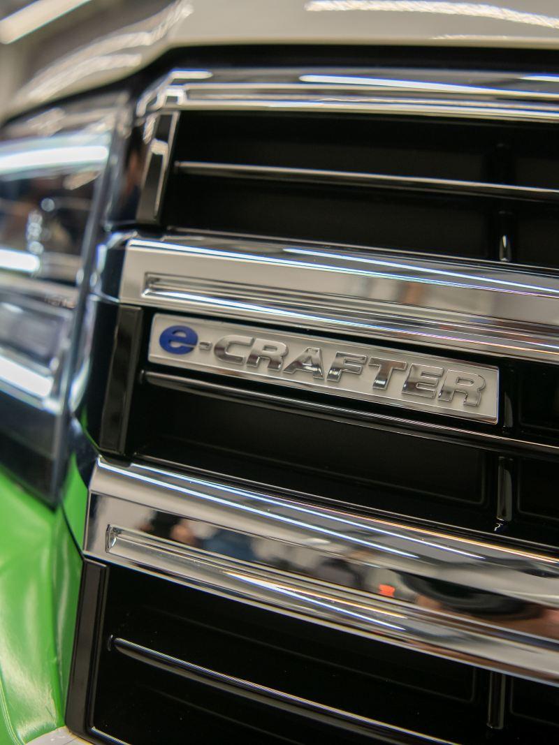 Logo e-Crafter na przodzie auta