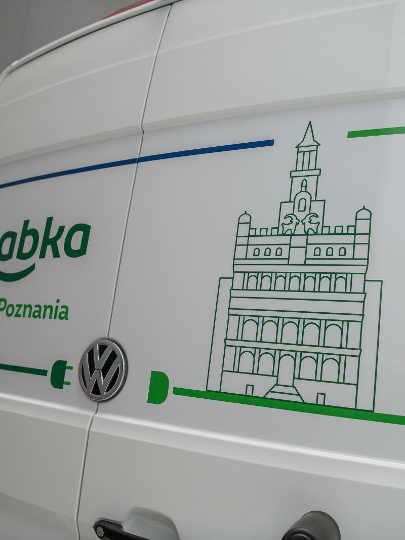 Tył e-Craftera - samochód oklejony napisem Żabka dla Poznania