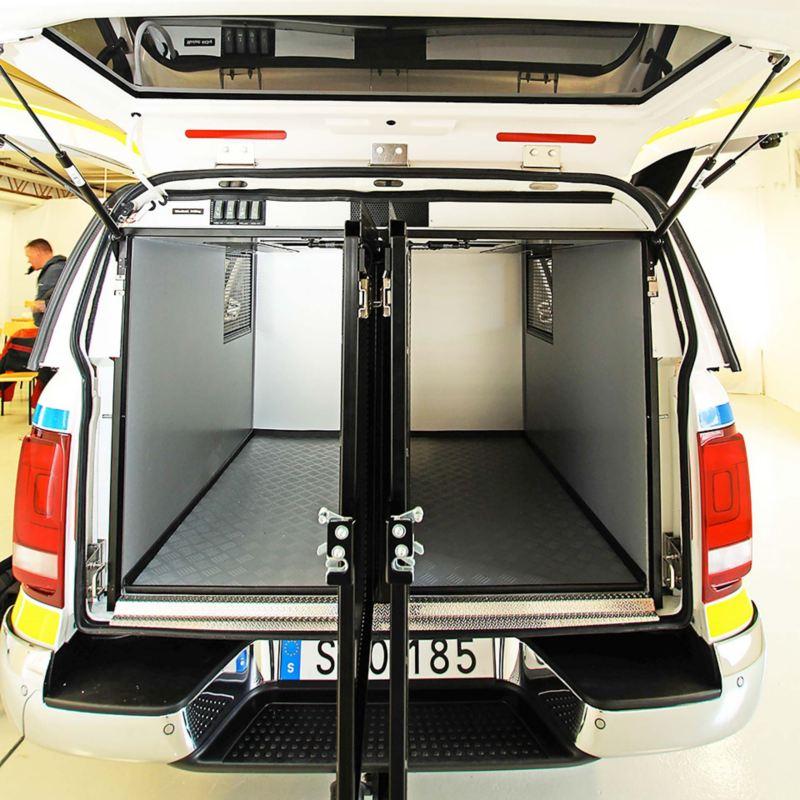 Dubbla hundburar i polisens nya hundbil Volkswagen Amarok V6