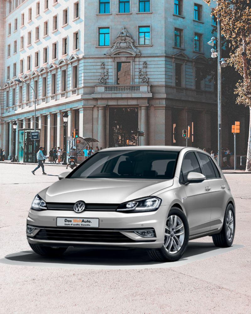 VW Golf mentre svolta in centro città