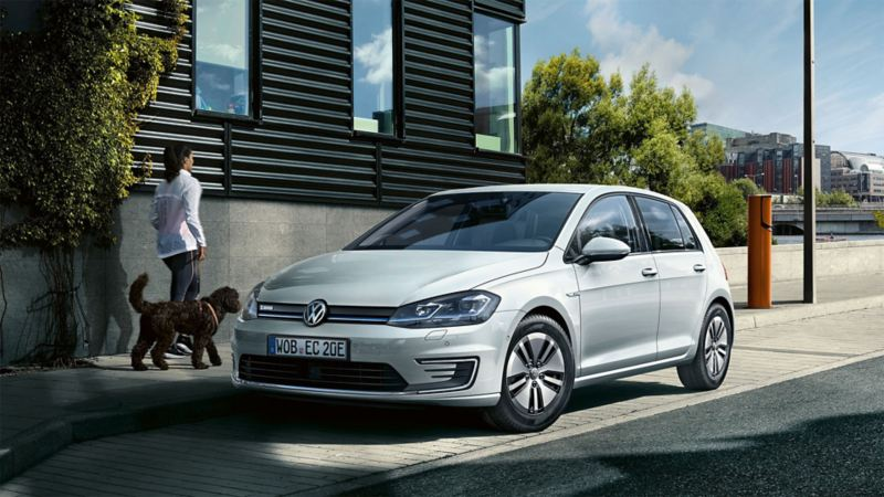 Volkswagen e-Golf parkert i en gate