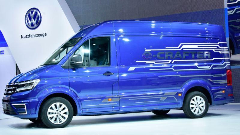 Volkswagen Utilitaires e-crafter bleu profil exposition