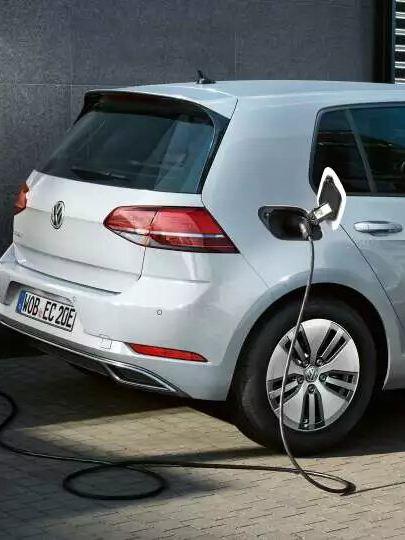 e-golf garée, chargement électrique du véhicule en cours