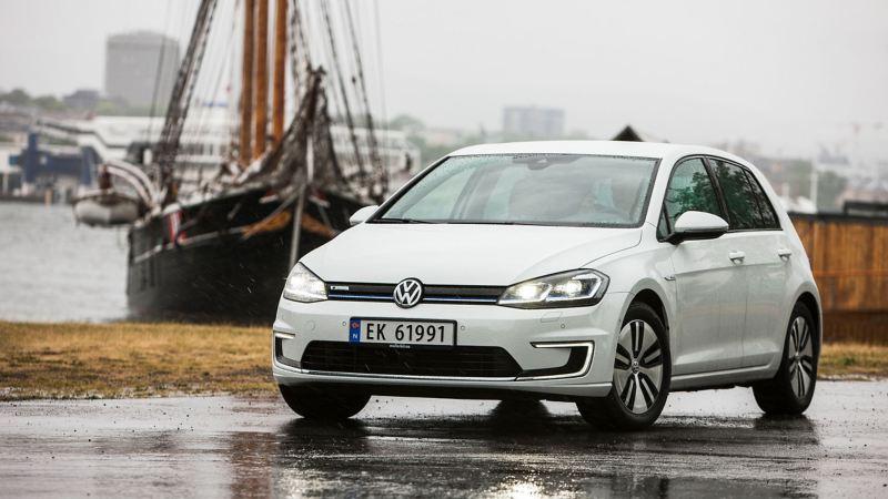 Volkswagen e-Golf ute i regnvær