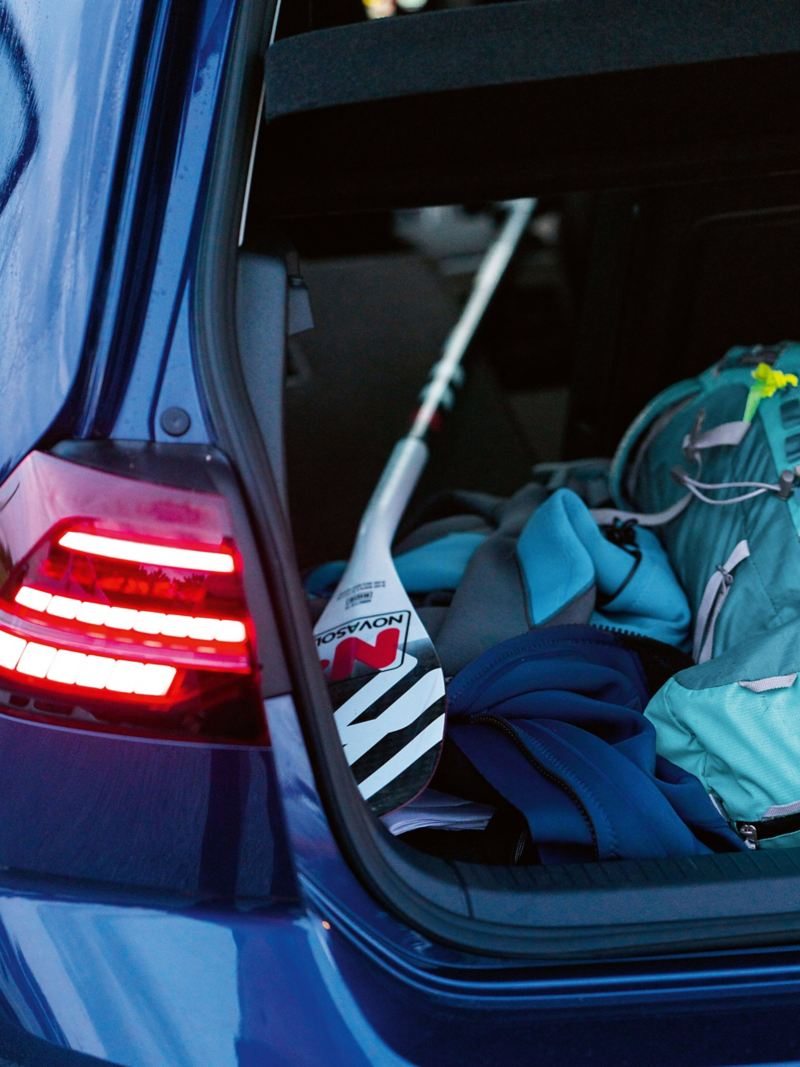 Stand-up-Paddel im Kofferraum des e-Golf