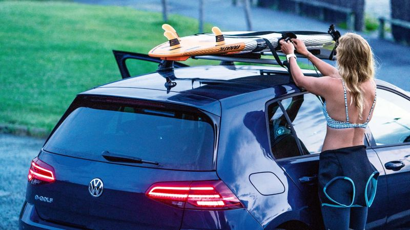 Stand-up paddle board on the roof rack of the e-Golf