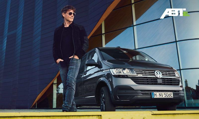 Morten Harket vor der VW ABT e-Caravelle 6.1.
