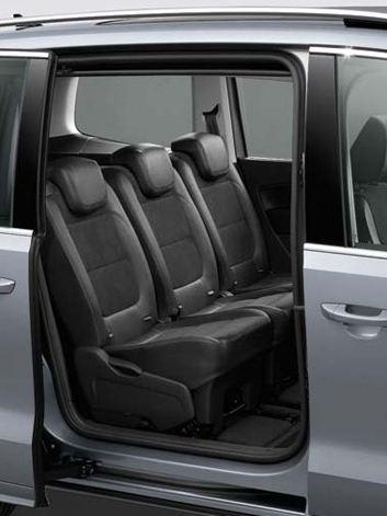 Porta posteriore laterale aperta con vista sui sedili della seconda fila di Volkswagen Sharan