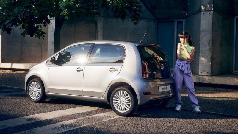 ragazza appoggiata al posteriore di Volkswagen eco up!