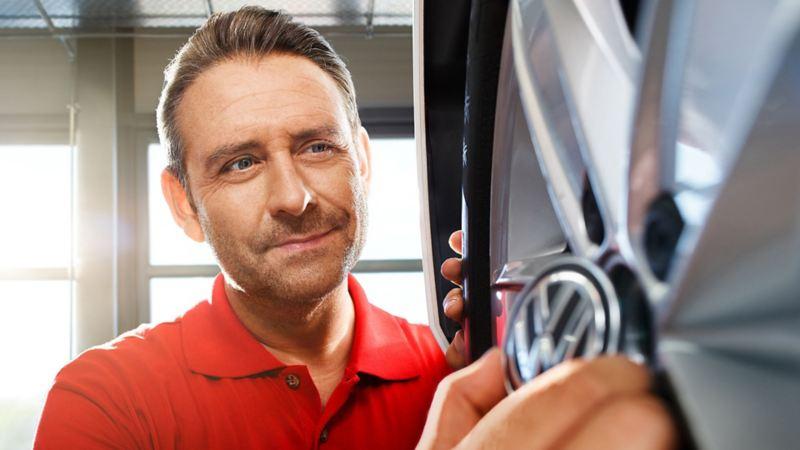 Man monterar navkapsel på VW originalfälg