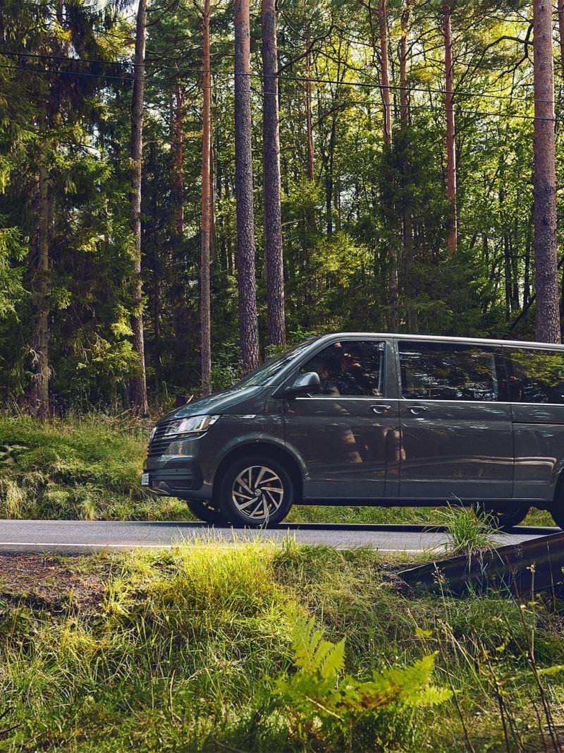 Ein Volkswagen Caravelle fährt auf einer Bergstraße.