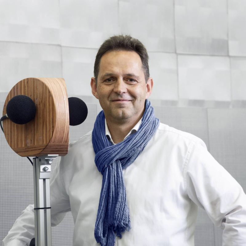 Dr. Ingo Hapke from the Volkswagen Acoustic Team standing in front of a microphone
