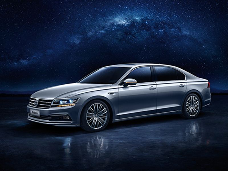 A grey Volkswagen Phideon, the Milkyway visible in the background.