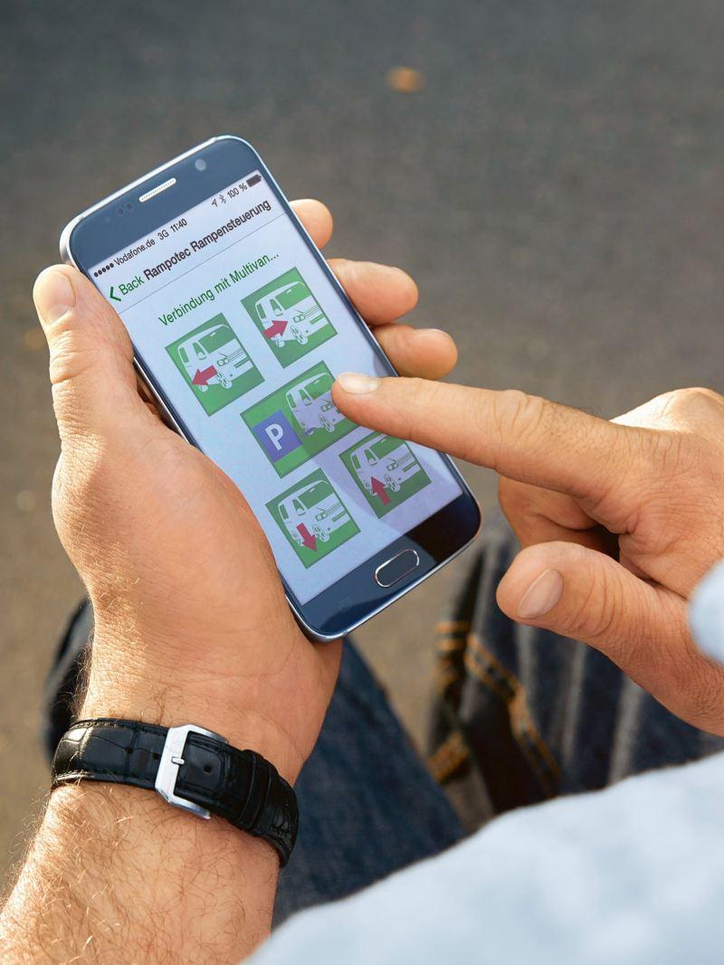 Ein Mann bedient eine App auf einem Smartphone.