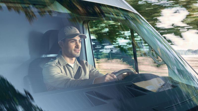Un lavoratore alla guida di un furgone Volkswagen.