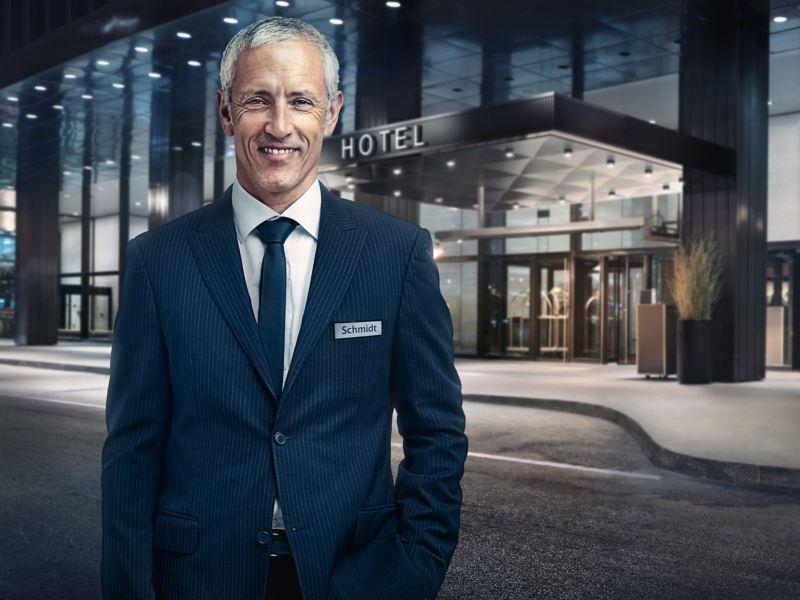 Wolfram Schmidt devant son hôtel.