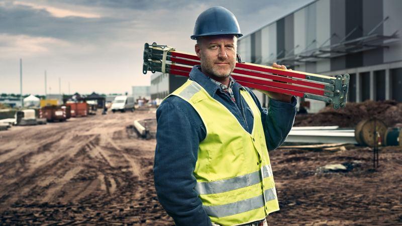 Mężczyzna na placu budowy.