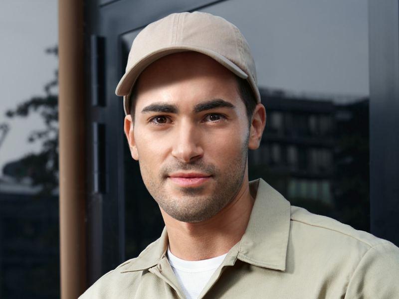 Un uomo con berretto da baseball.
