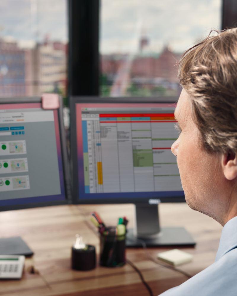 Ein Mann blickt auf zwei Monitore.