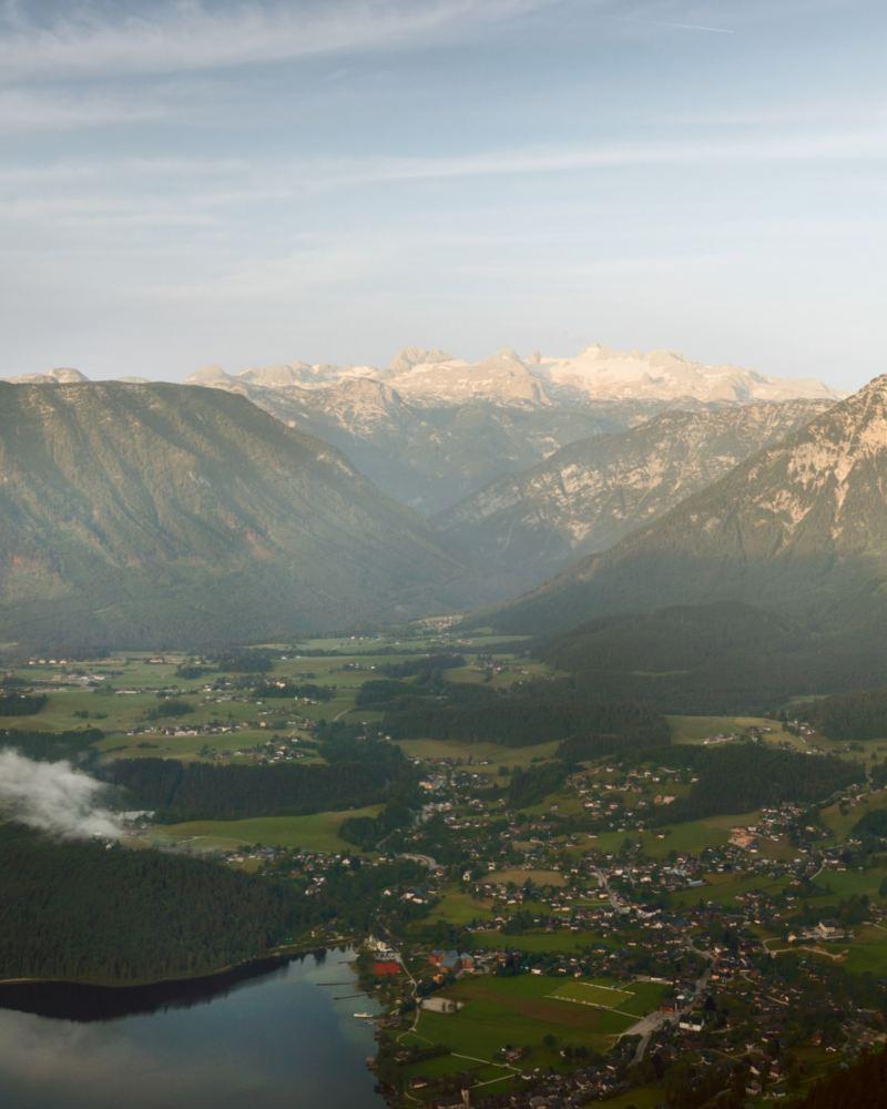 Eine Berglandschaft im Panorama.