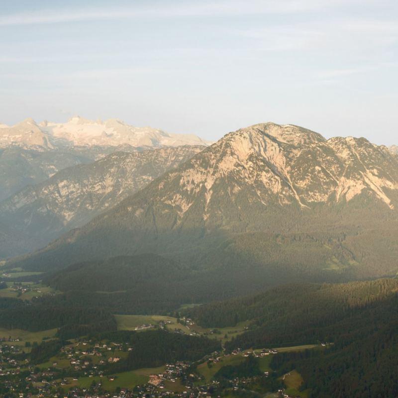 Eine Bergkette im Sonnenuntergang.