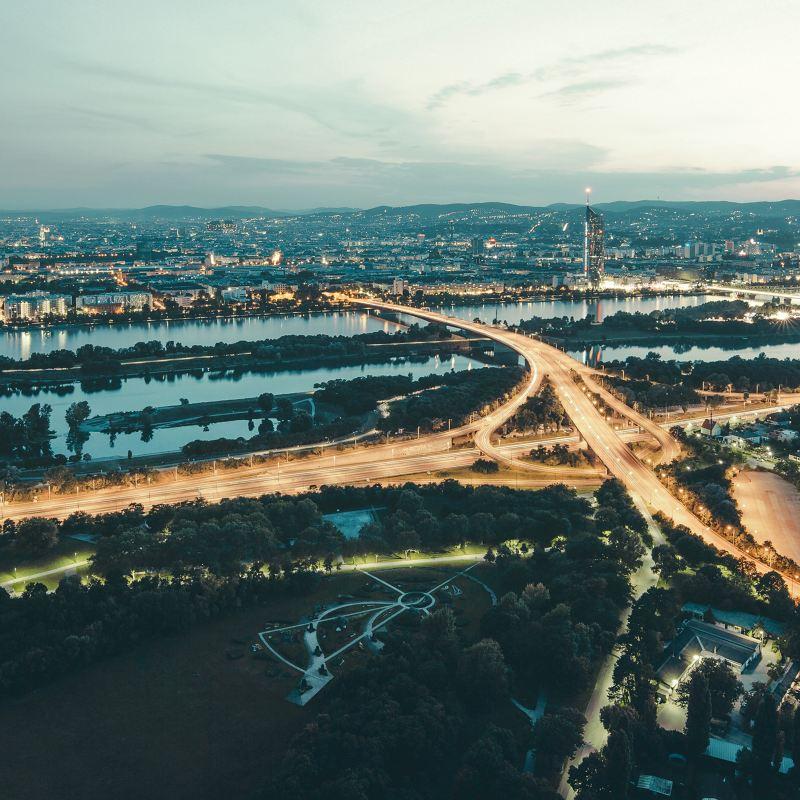 Das Straßennetz einer Stadt aus der Luft fotografiert.