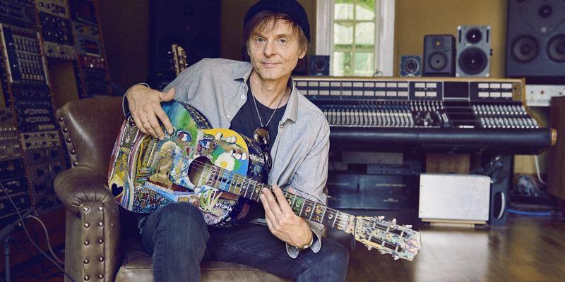 Pål Waaktaa-Savoy spielt seine Gitarre in einem Tonstudio.