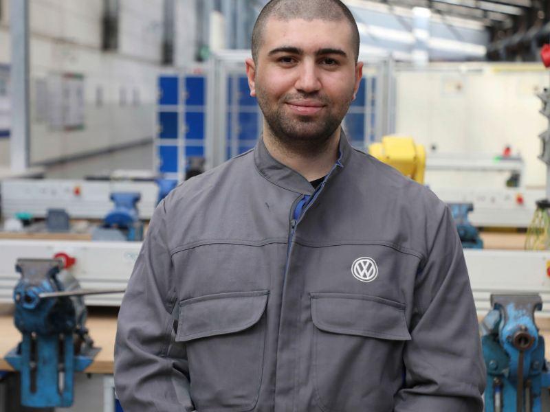 Técnico de Grupo Volkswagen en de la planta VW sonriendo